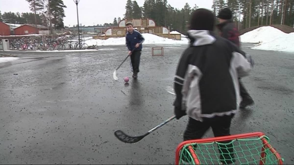 Välituntipelit käynnissä Kalevankankaan koululla Mikkelissä
