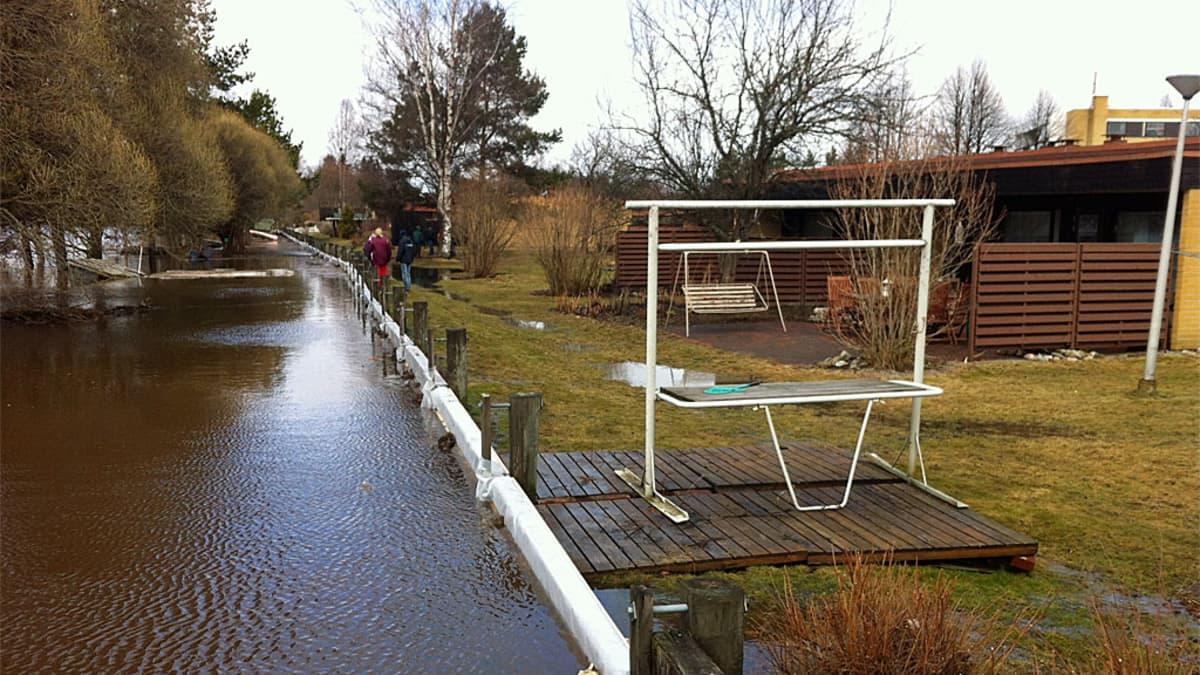 Tulvavesi uhkaa rivitaloja Jalasjärvellä