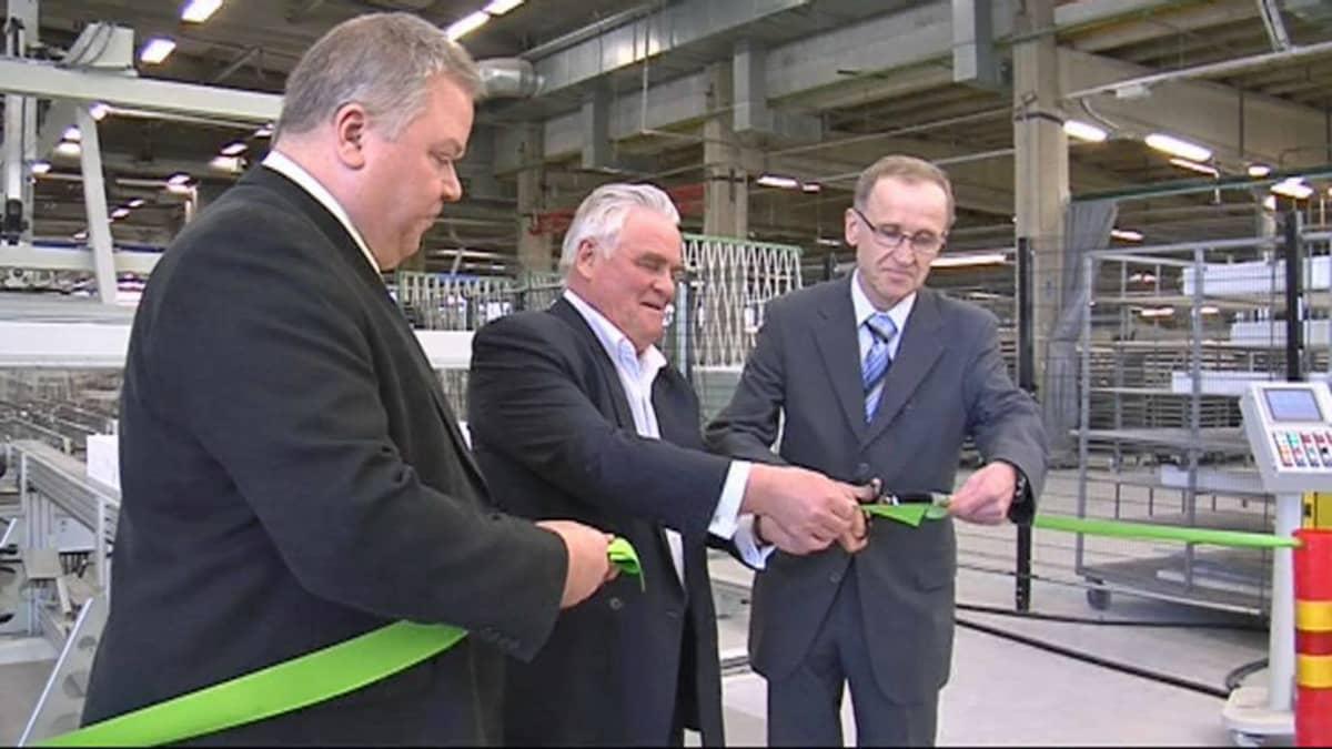 Fenestran kokoonpanotehtaan avajaisissa nauhan leikkasi yhtiön hallituksen puheenjohtaja Kalevi Hasi.