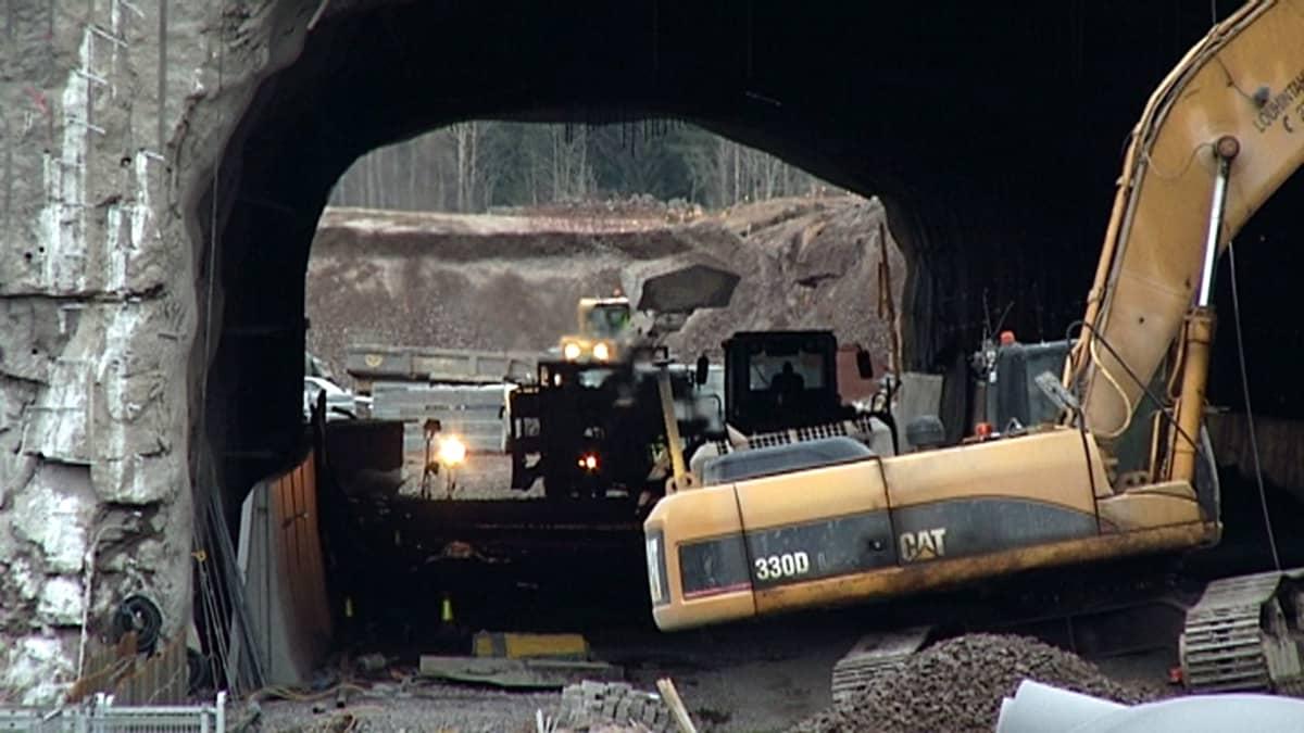 Kuormuri tunnelityömaalla
