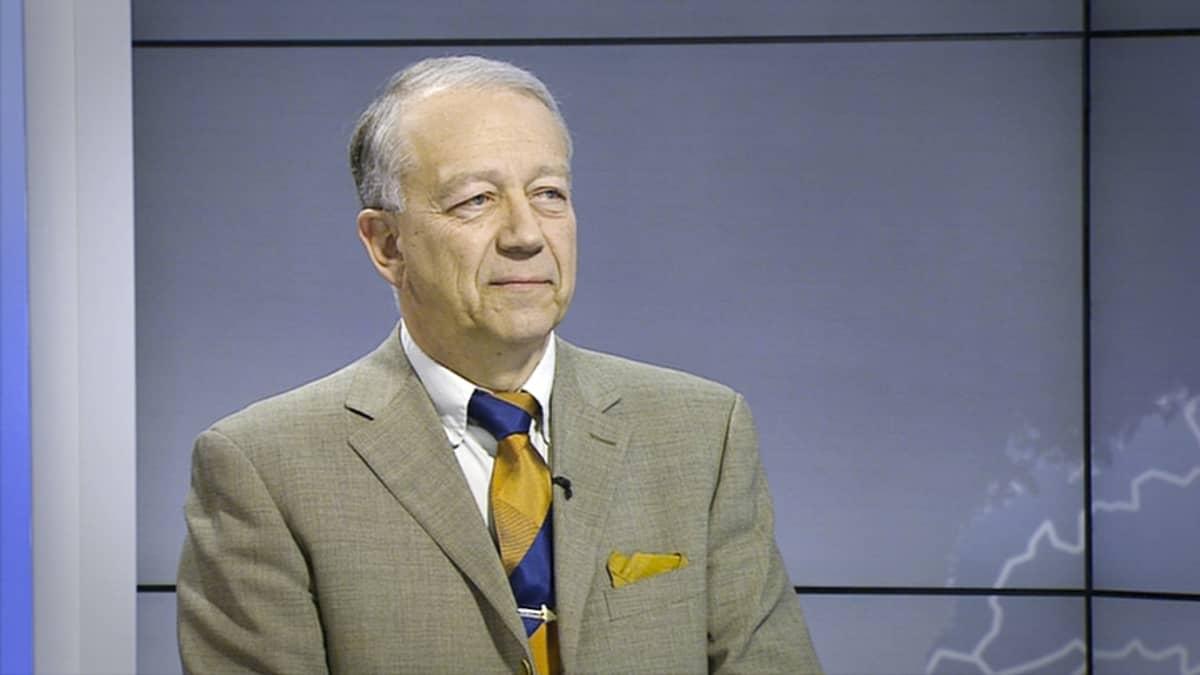 Pekka Puska uutisissa haastateltavana.