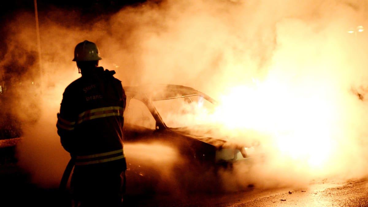 Palomiehet sammuttavat palavaa autoa Tukholman Kistassa