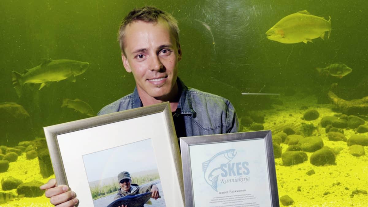 Jasper Pääkkönen vastaanottaa Vuoden 2013 kalamies -palkinnon Kotkan Maretariumissa.