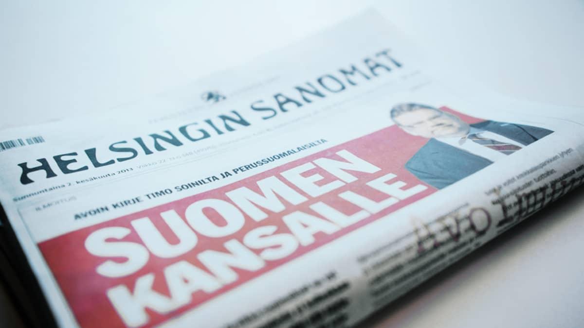 Perussuomalaisten puheenjohtaja Timo Soini osti Helsingin Sanomien paperiversion etusivun omaan käyttöönsä 2. kesäkuuta 2013.