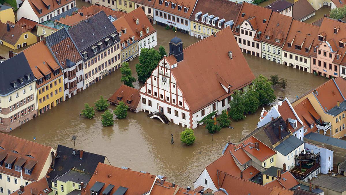 Grimman kaupungintalo tulvaveden saartamana.