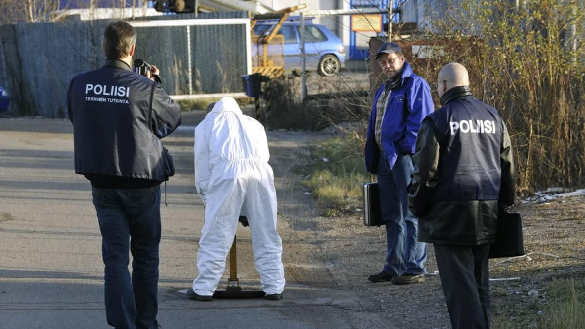 Poliisit tutkivat viemärikaivoja A. Lokapojat Oy:n toimitilojen lähistöllä Tuusulan Pyöräkujalla 6. marraskuuta 2008.