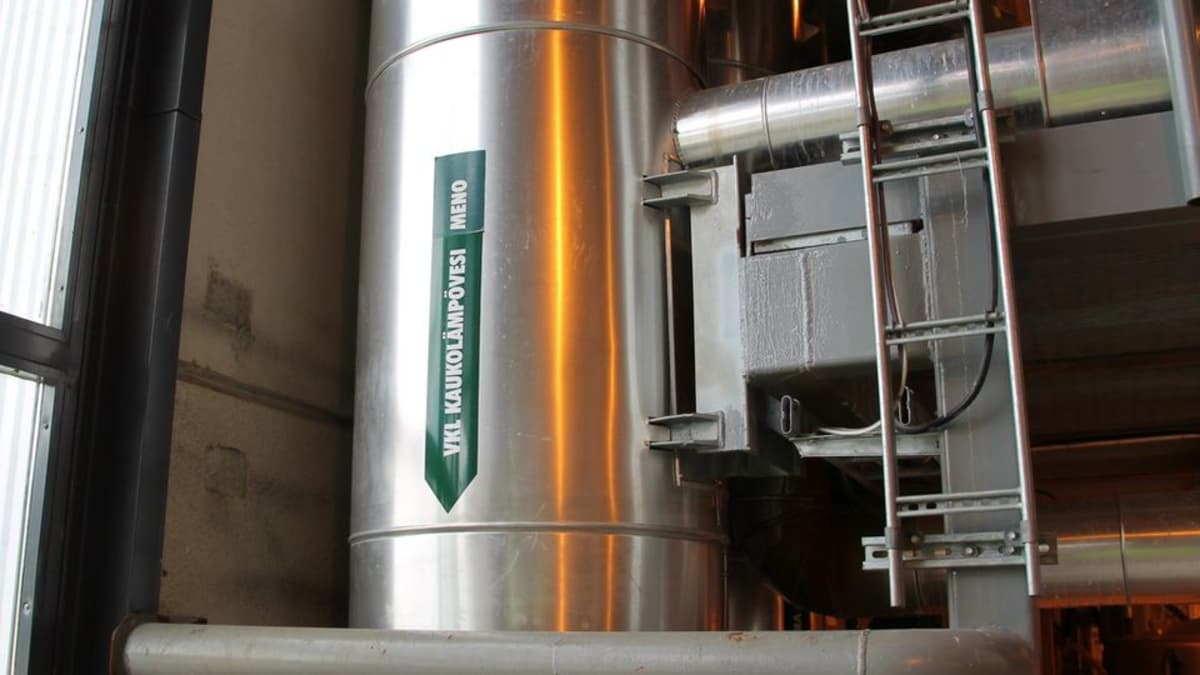Kaukolämpöputki Kaukaan voiman biovoimalassa.