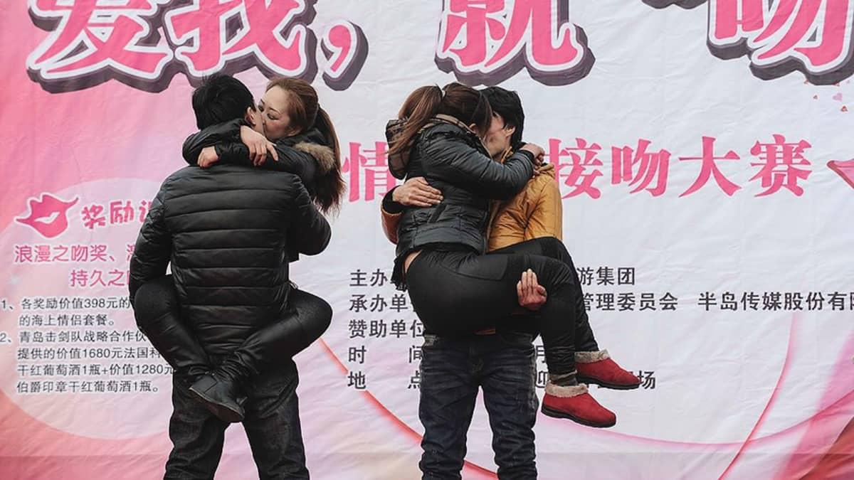 Pariskunnat suutelevat ystävänpäivän suutelukilpailussa.