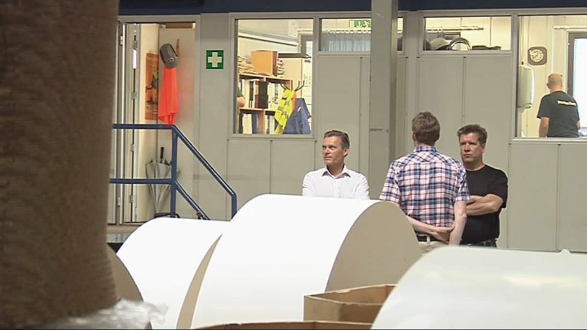 Premium Boardin varatoimitusjohtaja Krister Björkvist ja pääluottamusmies Seppo Parviainen kartonkitehtaalla.