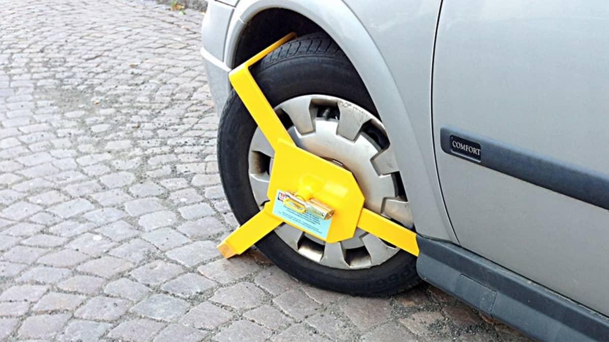 Auton renkaassa ajon estävä lukkolaite.