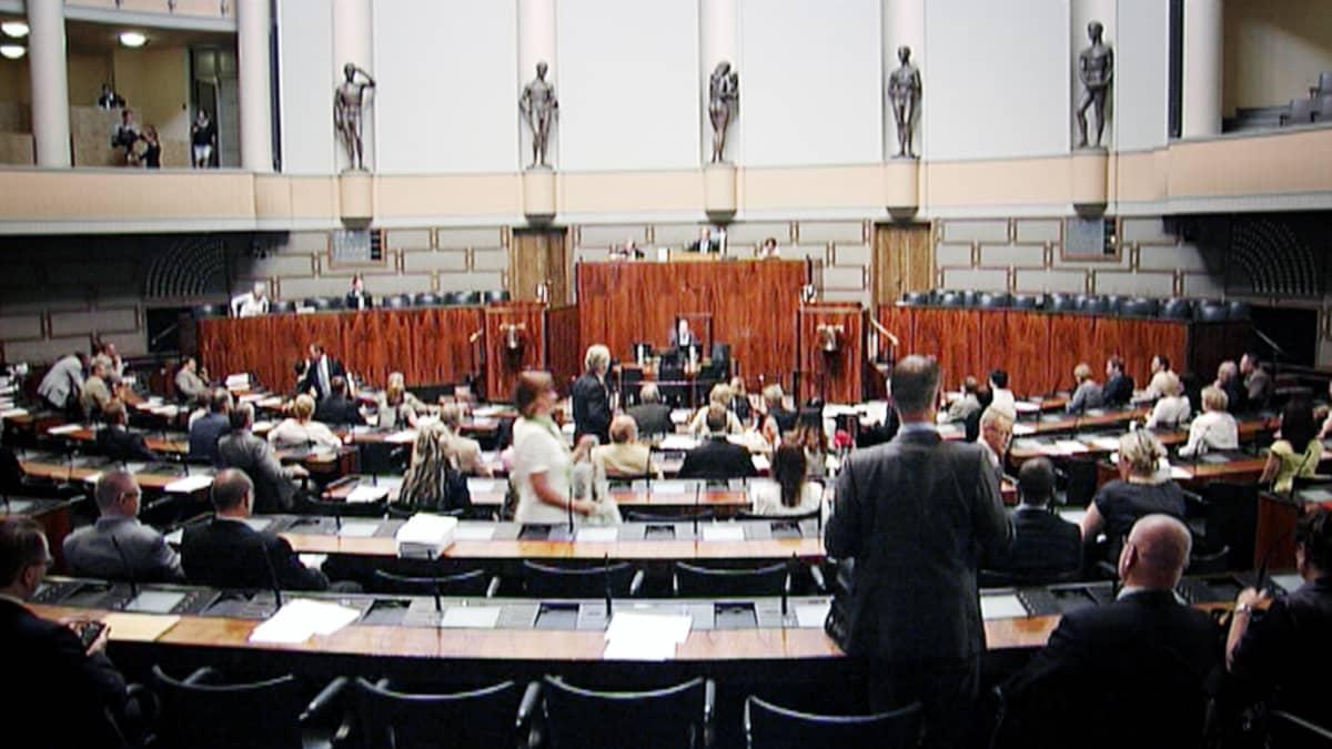 Kansanedustajia eduskunnan istuntosalissa.