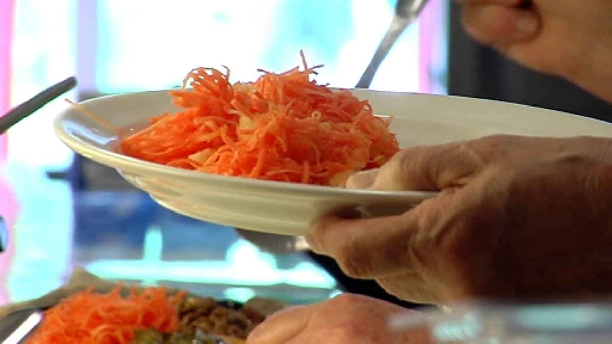 Porkkanaraastetta lautasella.