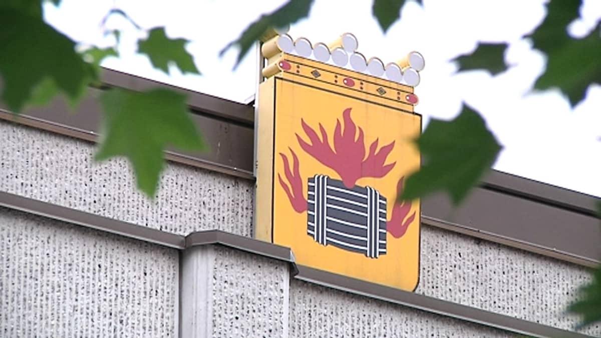 Kuvassa on Kokkolan kaupungintalon seinässä oleva Kokkolan vaakuna.