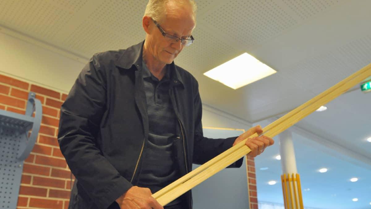 Ari Riston kädessä Platon-järjestelmän rei'itetty jalkalista.