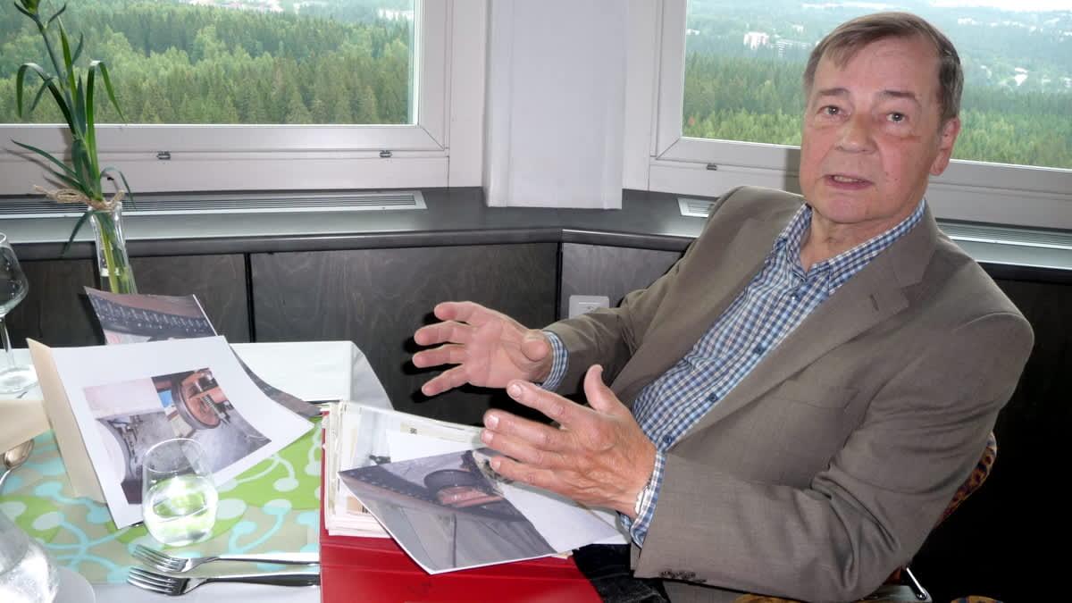Puijon torniravintolan tekniikan suunnitellut Kyösti Helin istuu ravintolan pöydässä.