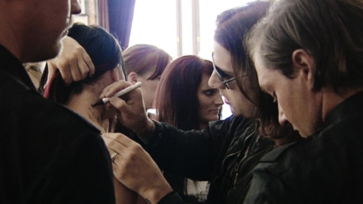 Avenged Sevenfold-yhtyeen laulaja fanilaumansa ympäröimänä.