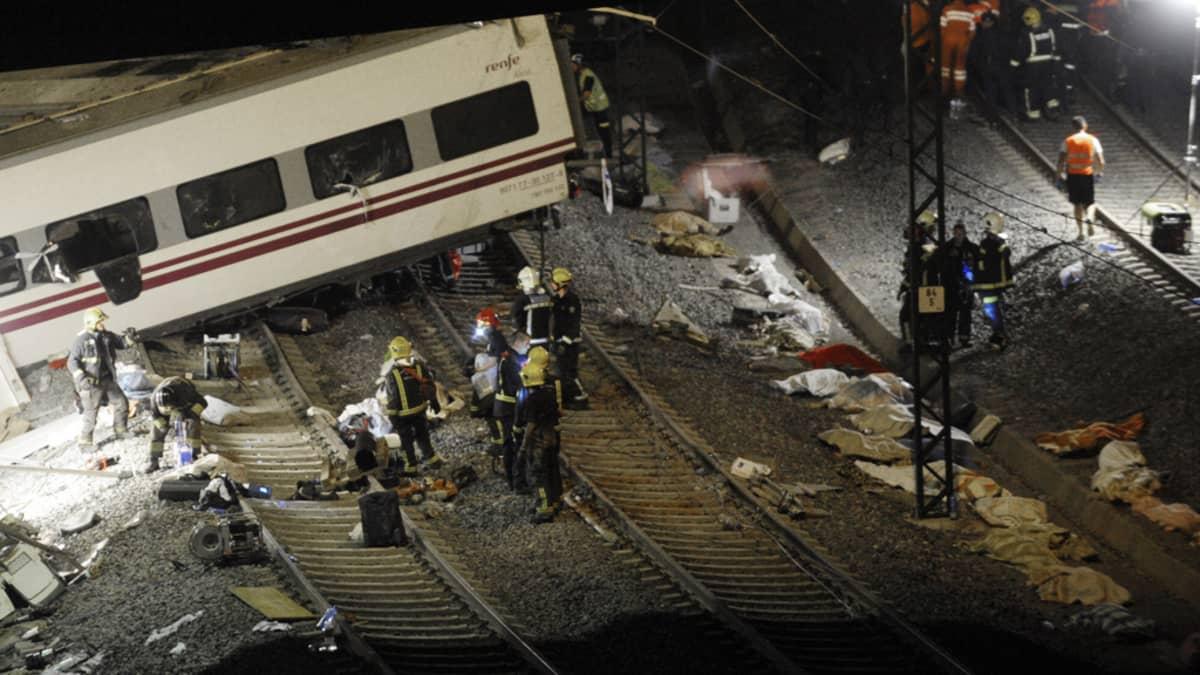 Pelastustyöntekijöitä öisellä onnettomuuspaikalla Santiago de Compostelassa Galiciassa 24. heinäkuuta 2013.