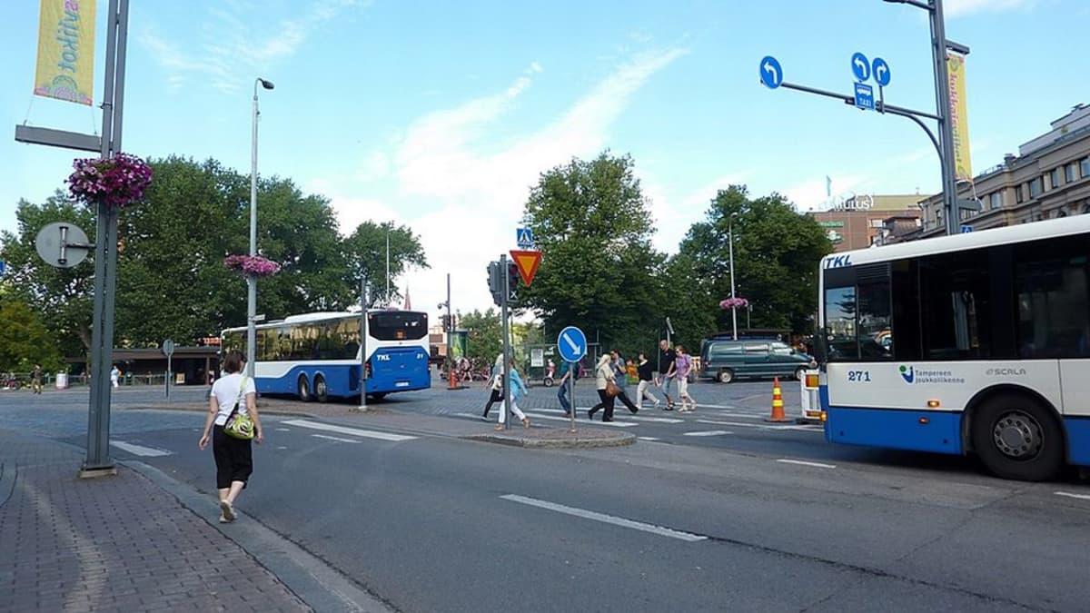 Jalankulkijoita busseja Hatanpään valtatien ja Hämeenkadun liikennevalottomassa risteyksessä