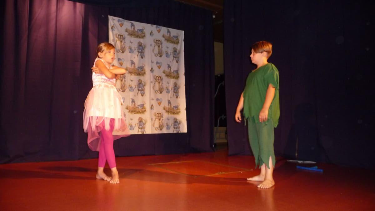 Teatteripäiväleirillä Vähäkyrössä valmistetaan Peter Pan -esitys.