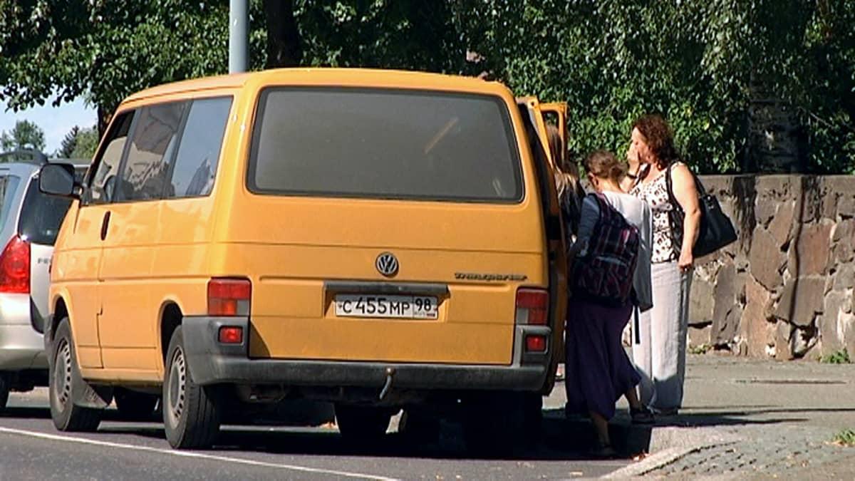 Venäläisiä nousemassa pikkubussiin Lappeenrannassa