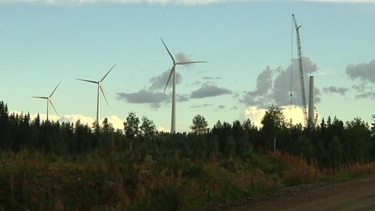 Raahen Laivakankaan tuulivoimapuiston rakentaminen kesällä 2013.