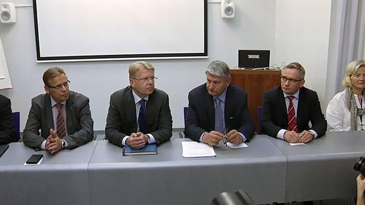 SAK:n puheenjohtaja Lauri Lyly (vas.), EK:n toimitusjohtaja Jyri Häkämies ja EK:n puheenjohtaja Ilpo Kokkila sekä STTK:n puheenjohtaja Mikko Mäenpää palkkaneuvotteluja koskevassa tiedotustilaisuudessa.