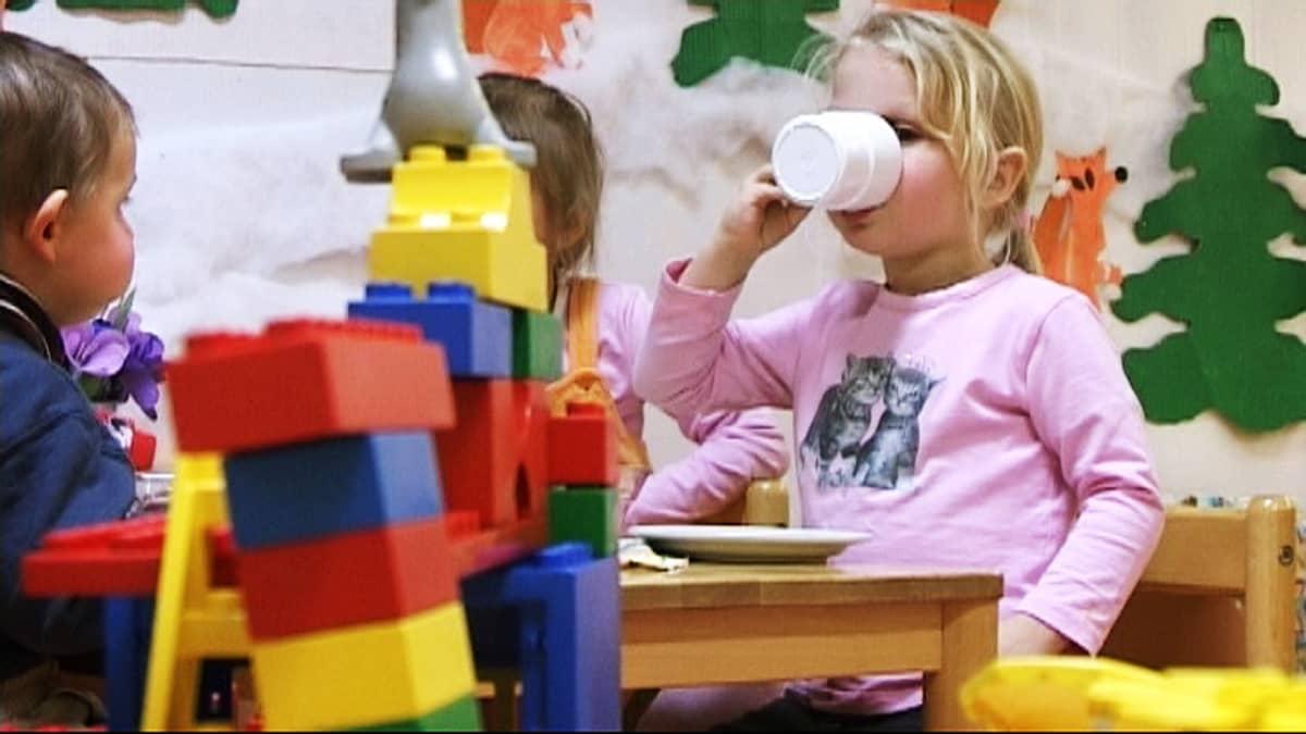 Lapset syömässä päiväkodissa.