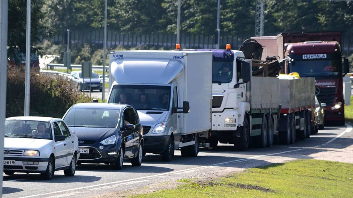 Liikenneruuhka moottoritien rampilla Hämeenlinnassa