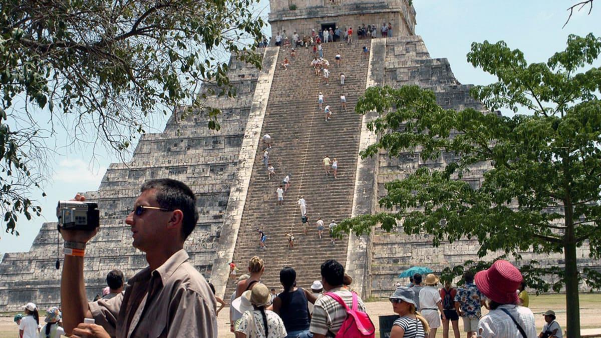 Turistit tutustuvat Mayojen porrasmyramidiin Meksikossa.