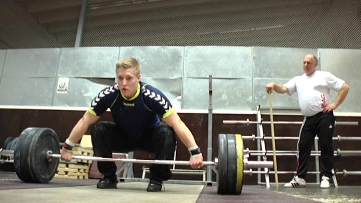 Valmentaja Arto Savonen tarkkaillee Eero Retulaisen tekniikkaa