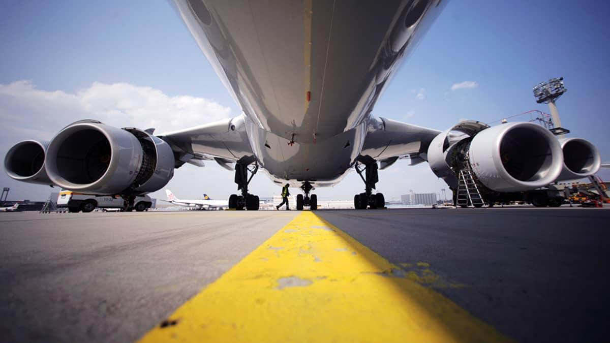 Lentokone lentokentällä.