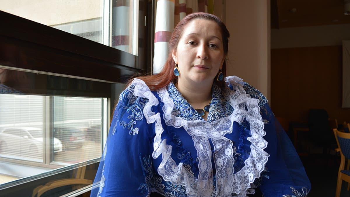 Kajaanilainen Ramona Grönstrand opiskelee oppisopimuskoulutuksen avulla romanikulttuurin ohjaajaksi.