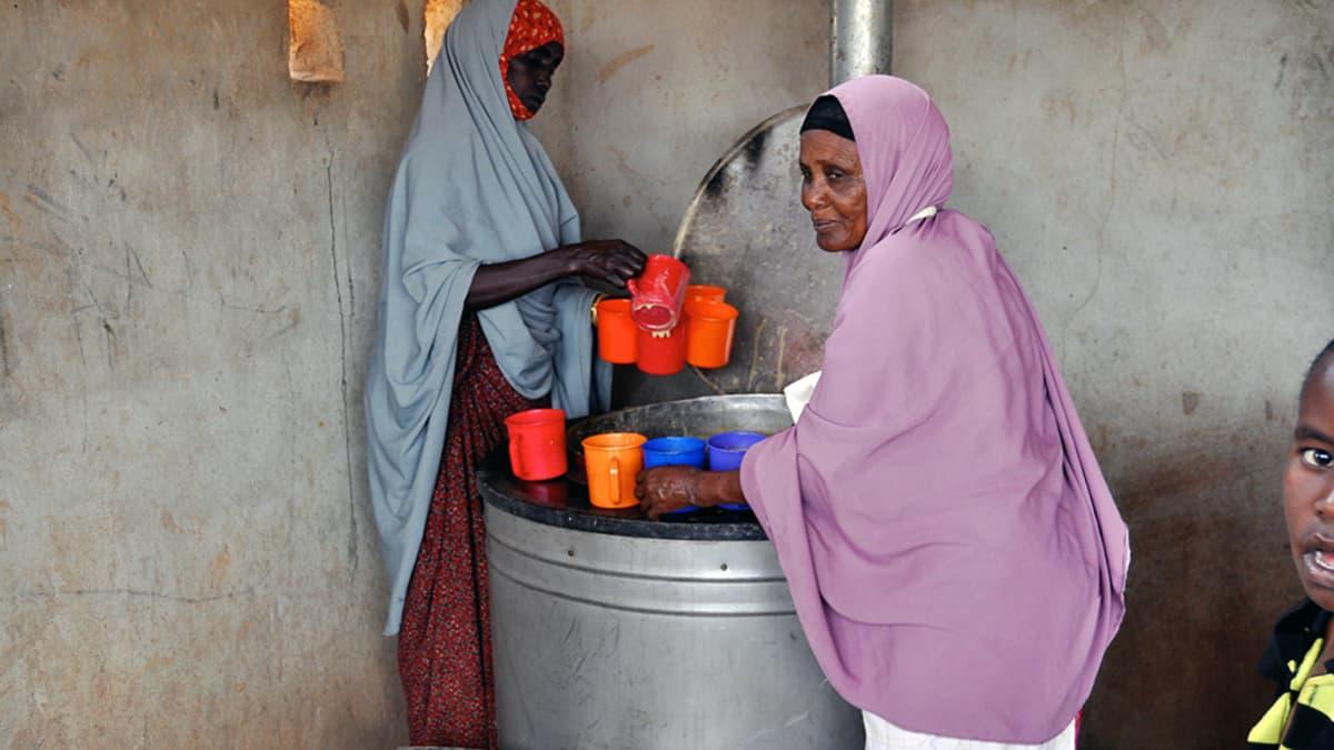 Pakolaiset saavat YK:n ruoka-apua Dadaabin pakolaisleirillä Keniassa.
