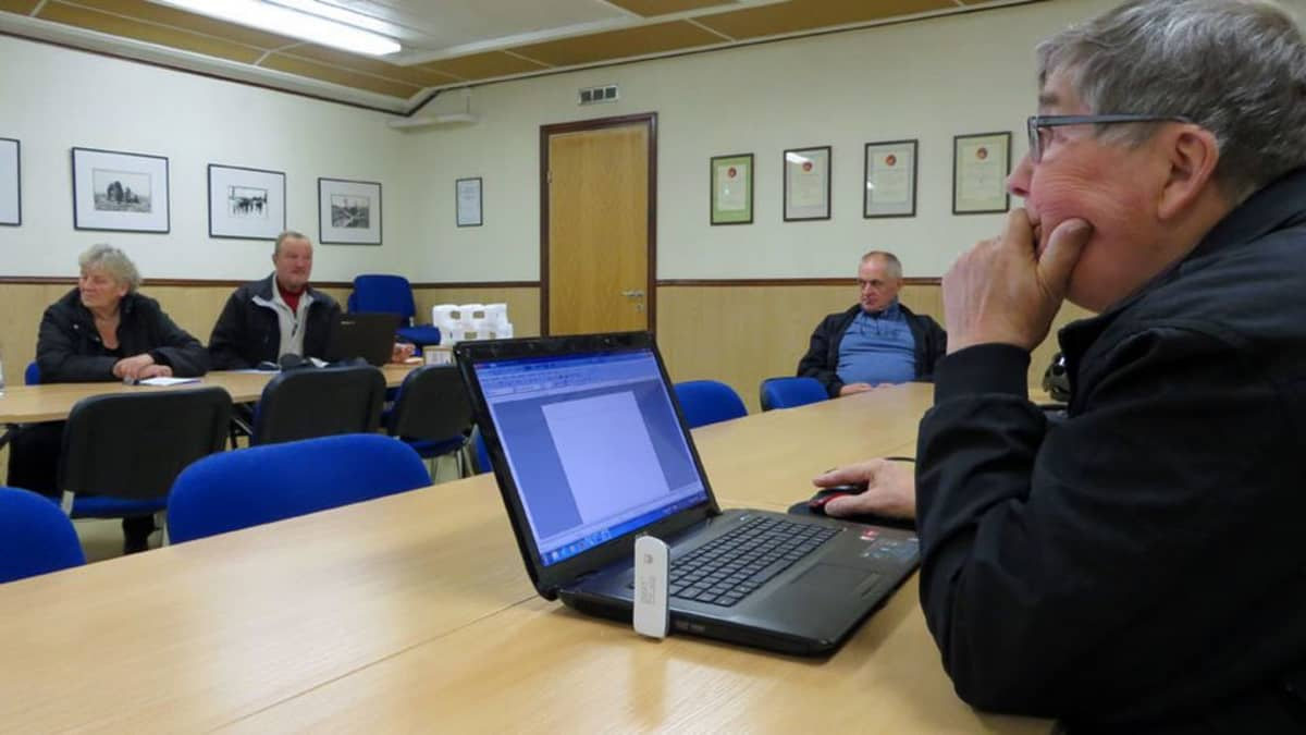 Muistot talteen -kirjoittajaryhmän osallistujia pöydän ääressä