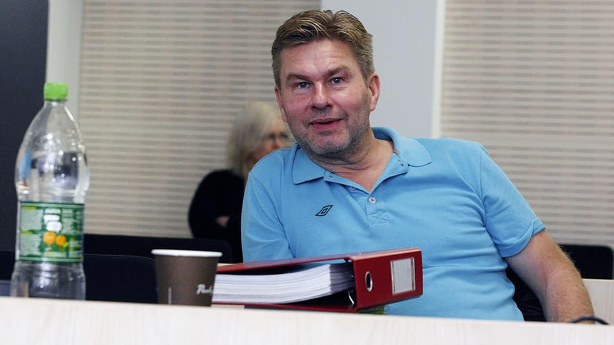 Juha Kärkkäinen Ylivieska-Raahen käräjäoikeudessa.