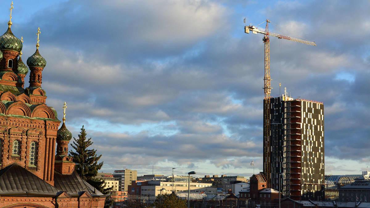 Tornihotelli kohoaa Tampereella ortodoksikirkon läheisyydessä