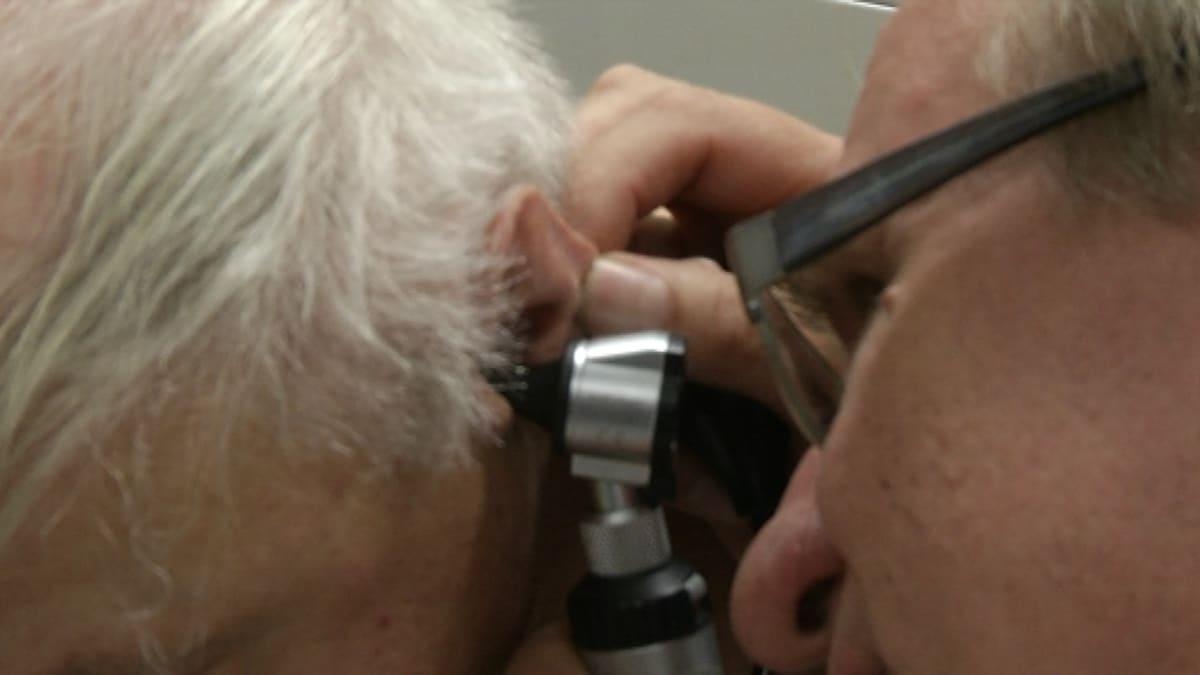 Terveyskeskuslääkäri Arto Virtanen tutkii potilasta