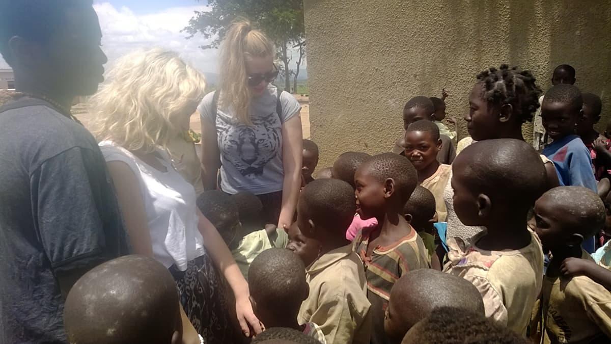 anni martikainen ugandalaisten lasten kanssa