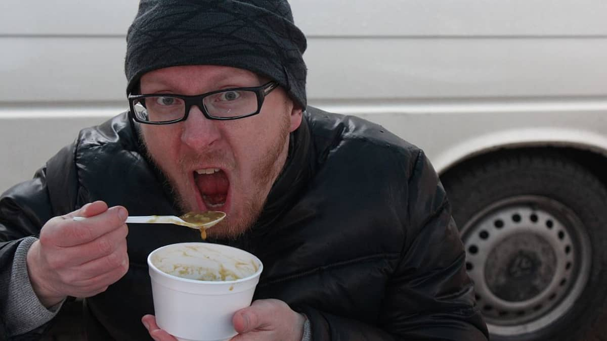 Mikko Maasola syö hernekeittoa.