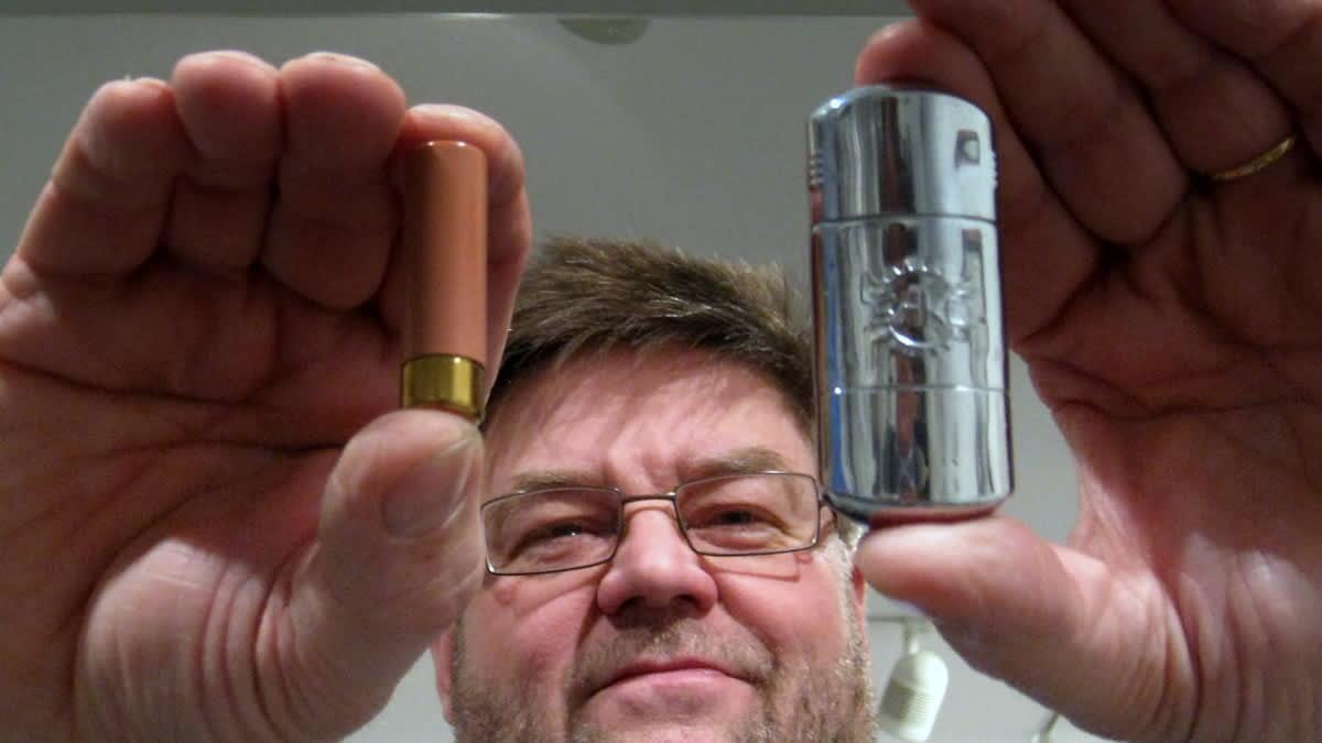 Sako Oy:n tuotekehitysjohtaja Kari Kuparisella on käsissään patruunakoneilla tehdyt huulipunapuikko ja tupakansytytin