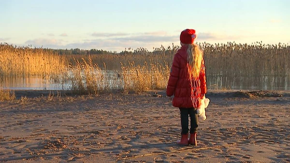 Lapsi rannalla.