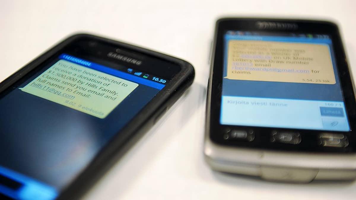 Kaksi kännykkää.