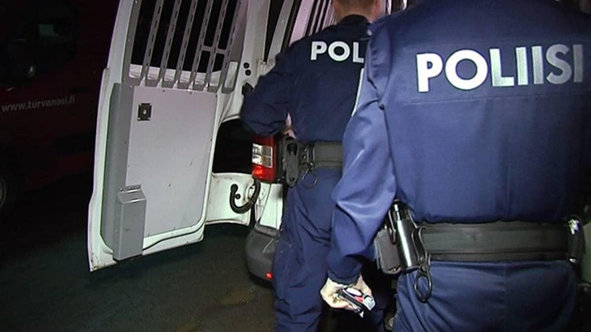 Poliiseja työssään.