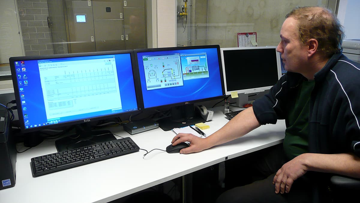 Vatialan krematorion hoitaja Mika Pirskanen istuu päätteen äärellä valvomassa krematorion toimintaa