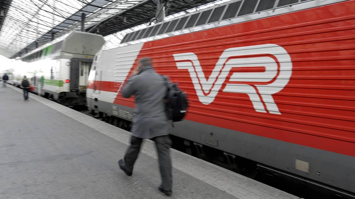 VR:n  juna Helsingin rautatieasemalla.