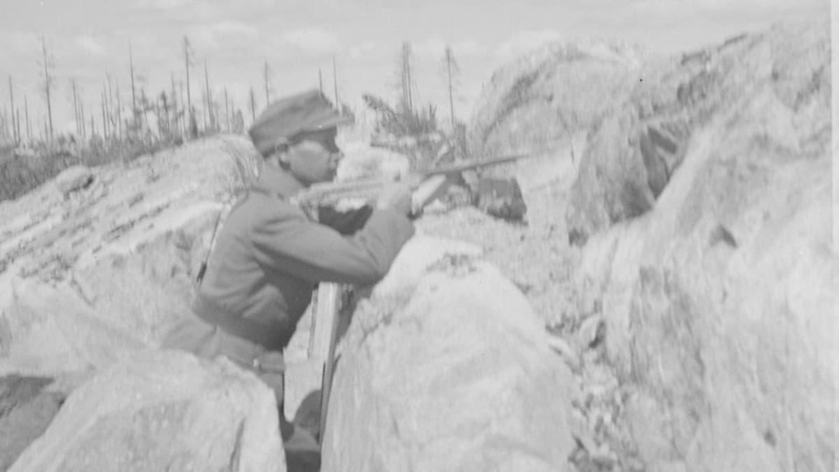 """""""Tästähän mie niitä kyttäilin"""", Simo Häyhä kuvailee ampumasektoriaan Kollaanjoella kesällä 1942."""