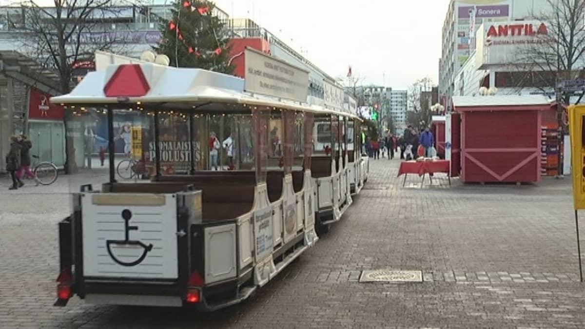 Kaupunkijuna ajaa kävelykadulla Porissa.