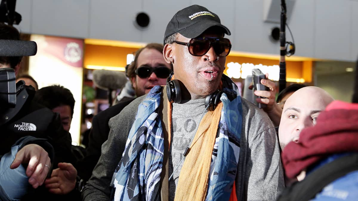 Dennis Rodman tapasi toimittajia Pekingin kansainvälisellä lentokentällä matkallaan Pohjois-Koreaan.