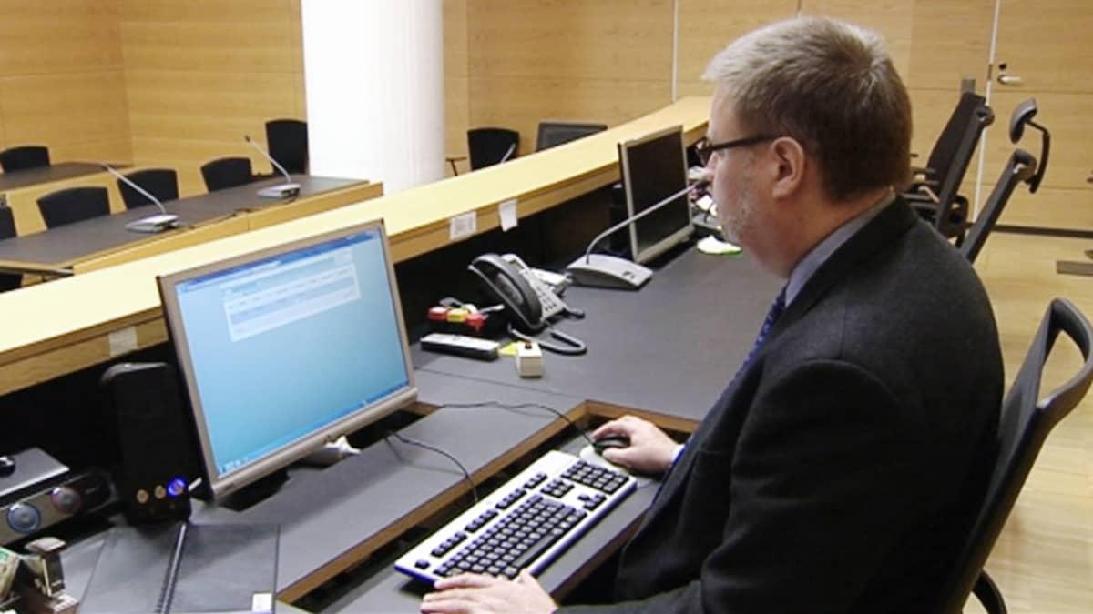 Viranomainen käyttää oikeushallinnon Ritu-järjestelmää.