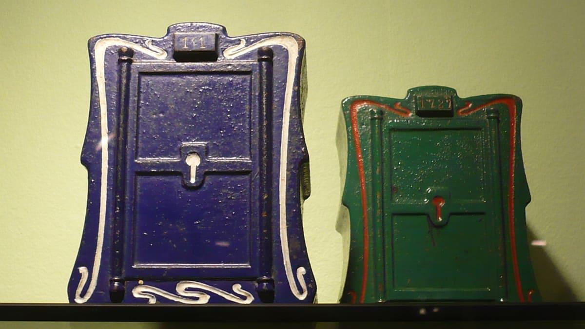 Vanhoja säästölippaita Säästöpankkimuseossa